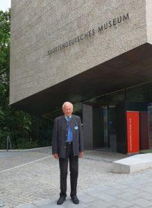 Foto: Reinfried Vogler vor dem Sudetendeutschen Museum