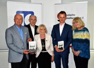 """Gruppenfoto: Teilnehmerinnen und Teilnehmer der Buchvorstellung zu """"Vertriebene in SBZ und DDR"""""""