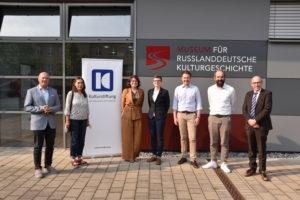 Foto: Tagungsteilnehmerinnen und Teilnehmer vor dem Museum für russlanddeutsche Kulturgeschichte