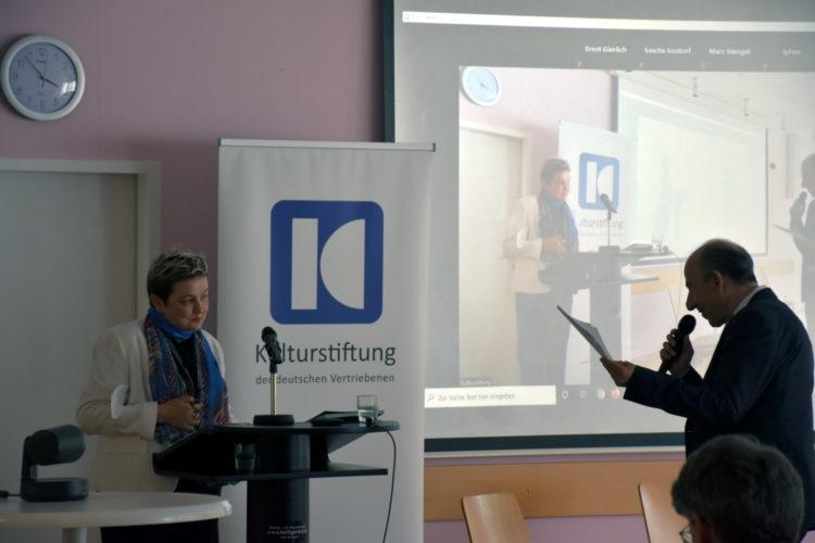 Foto: Dr. Lilia Antipow im Gespräch mit Thomas Konhäuser