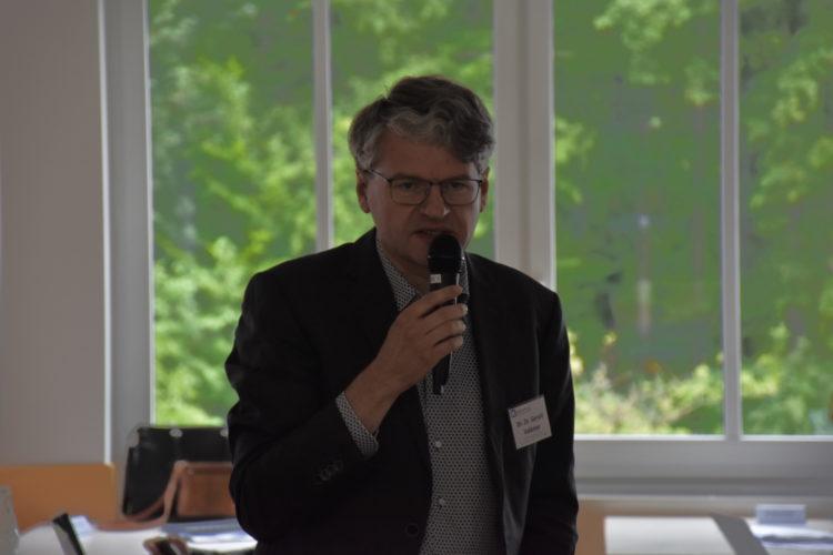Foto: Dr. Dr. Gerald Volkmer mit Mikrofon