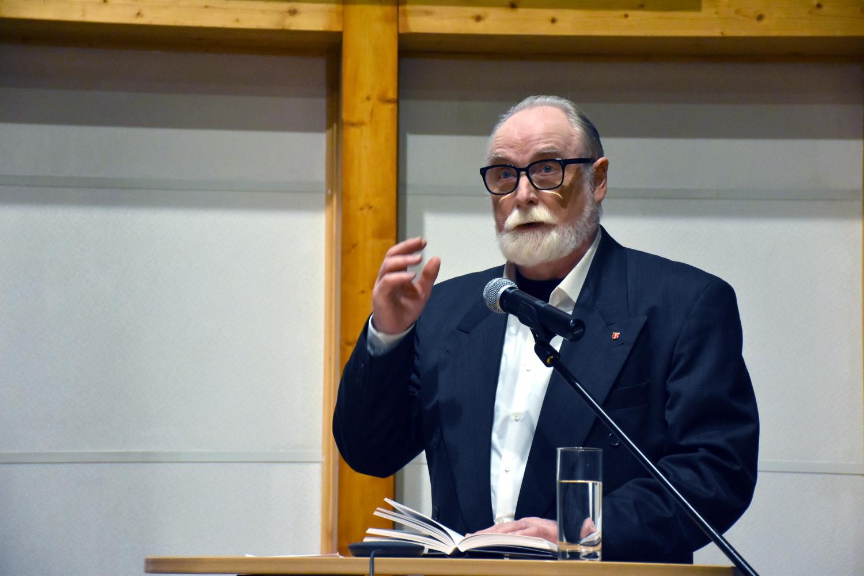 Foto: Dr. Stefan Chwin am Rednerpult bei seiner Lesung