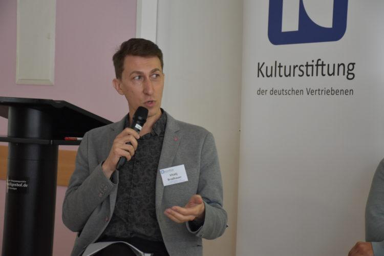 Foto: Vitalij Brodhauer mit Mikrofon