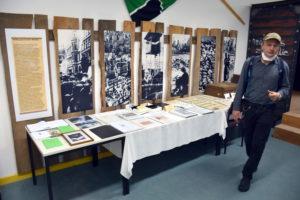 """Foto: Karl-Konrad Tschäpe in den Räumen der Ausstellung """"Willkommen in der Heimat"""""""