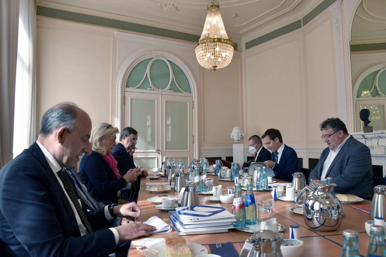 Foto: Treffen mit Staatssekretär Mark Weinmeister am Konferentisch