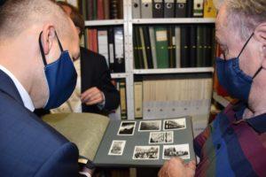 Marc Biadacz mit Peter Pinkas und einem alten Fotoalbum