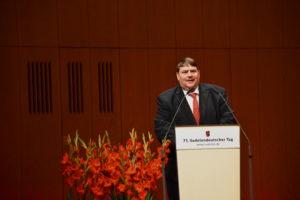 Foto: Dr. Bernd Posselt am Rednerpult