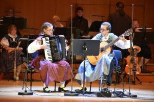 Foto: Elisabeth und Stefanie Januschko spielen auf Akkordeon und Konzertgitarre