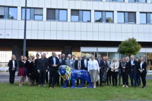 Gruppenfoto mit Landesinnenminister Beuth vor Hessens Landesinnenministerium