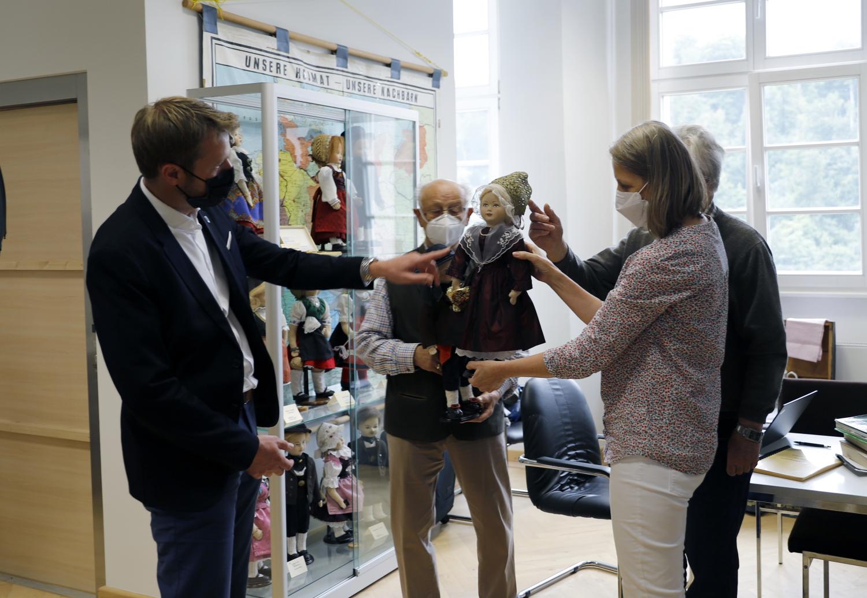 Foto: Bürgermeister Dr. Johannes Hanisch und Referentin Birgit Aldenhoff mit einer Trachtenpuppe