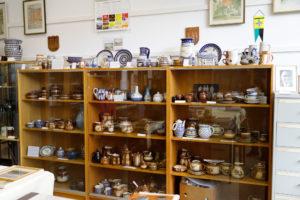 Eine Vitrine mit Bunzlauer Keramik in der Heimatstube