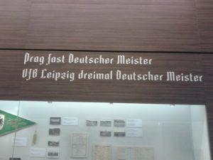Ausstellungshalle des Deutschen Fußballmuseums mit DFC Prag Erwähnung